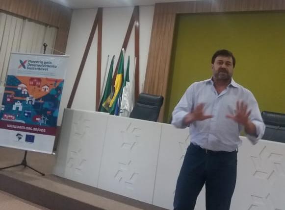 Eduardo Pereira explicando os objetivos da Oficina.